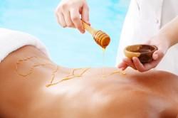 Нанесение меда на кожу в естественном виде