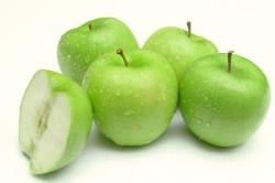 Употребление яблок для устранения отека лица