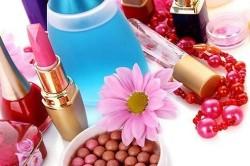 Некачественная косметика - одна из причин появления прыщей на лице
