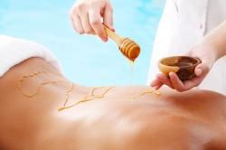 Нанесение меда на кожу