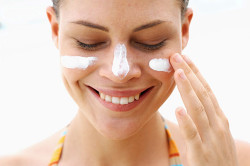 Нанесение увлажняющего крема на лицо