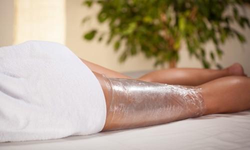 Процесс обертывания ног