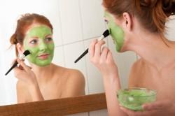 Нанесение маски из петрушки на лицо