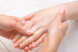 Нанесение жирного крема на руки перед сном - профилактика заусенцев